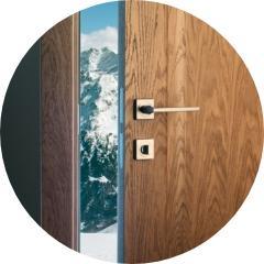 drzwi uchylone